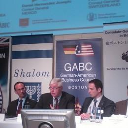 German Deputy Consul General Helmut Landes, center